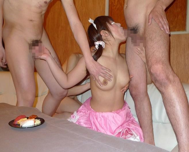 【過激注意】変態素人さんが4P乱交でザーメン食べてるし雌豚肉便器すぎてドン引きwwwww(画像あり)