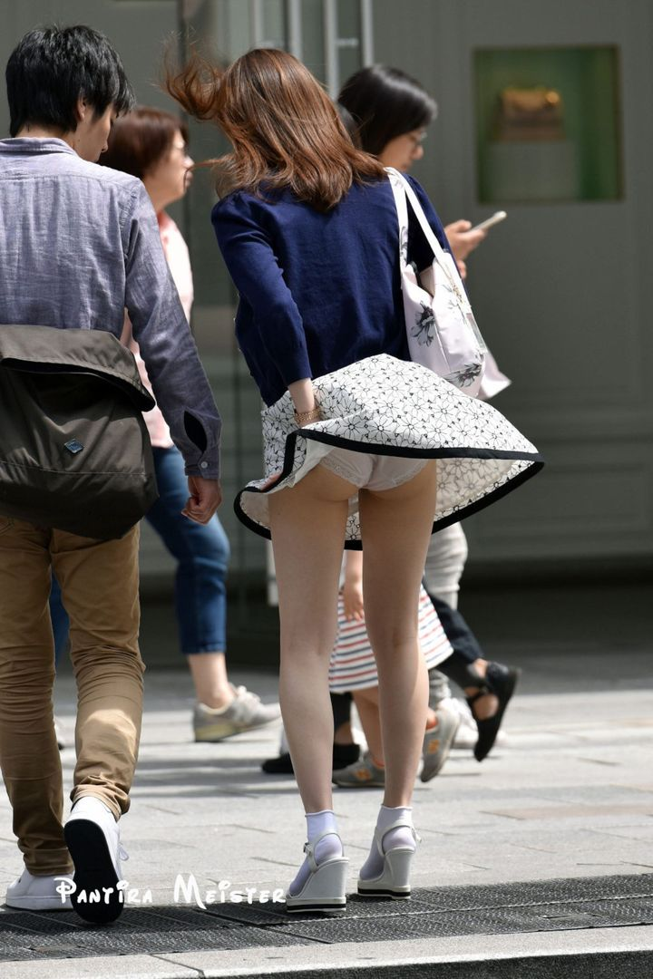 【パンチラエロ画像】強い日は見逃し注意w風に舞うスカートから丸見えの瞬間www 01