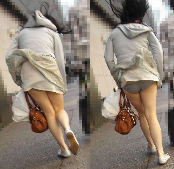 【パンチラエロ画像】強い日は見逃し注意w風に舞うスカートから丸見えの瞬間www 09