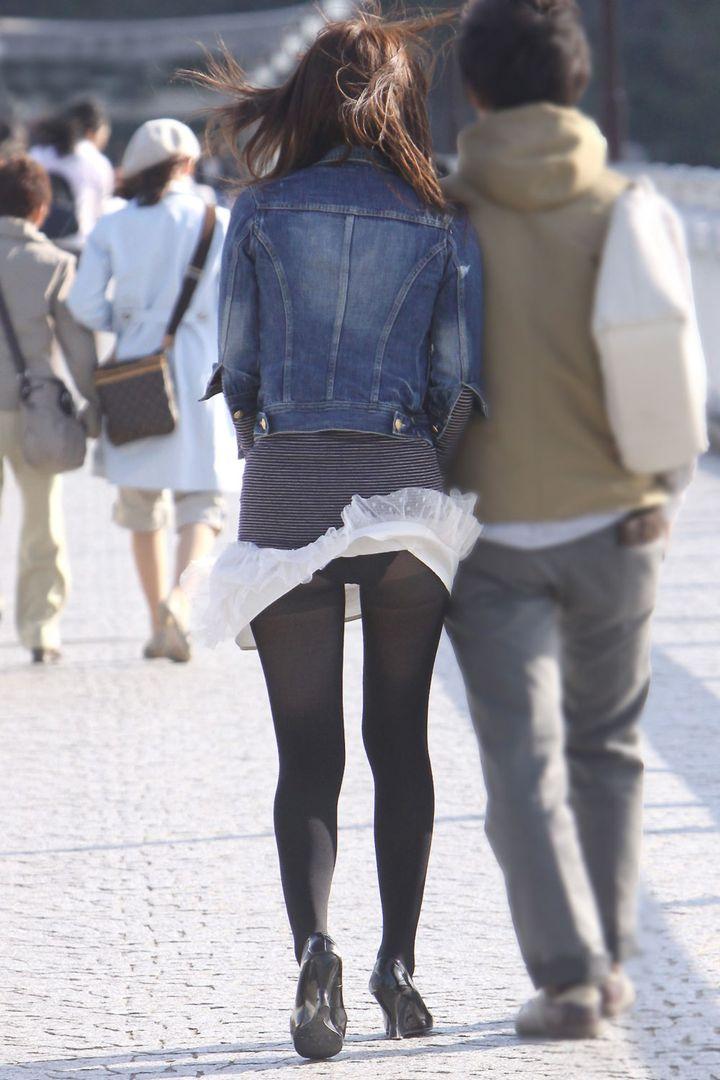 【パンチラエロ画像】強い日は見逃し注意w風に舞うスカートから丸見えの瞬間www 23