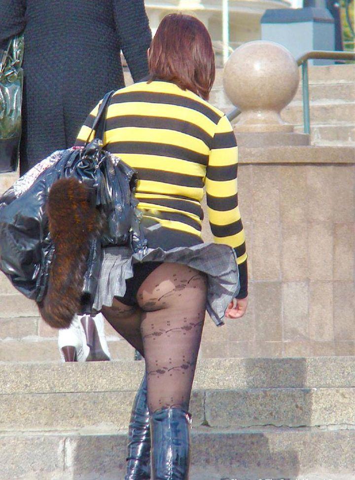 【パンチラエロ画像】強い日は見逃し注意w風に舞うスカートから丸見えの瞬間www 24