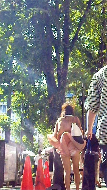【パンチラエロ画像】強い日は見逃し注意w風に舞うスカートから丸見えの瞬間www 29