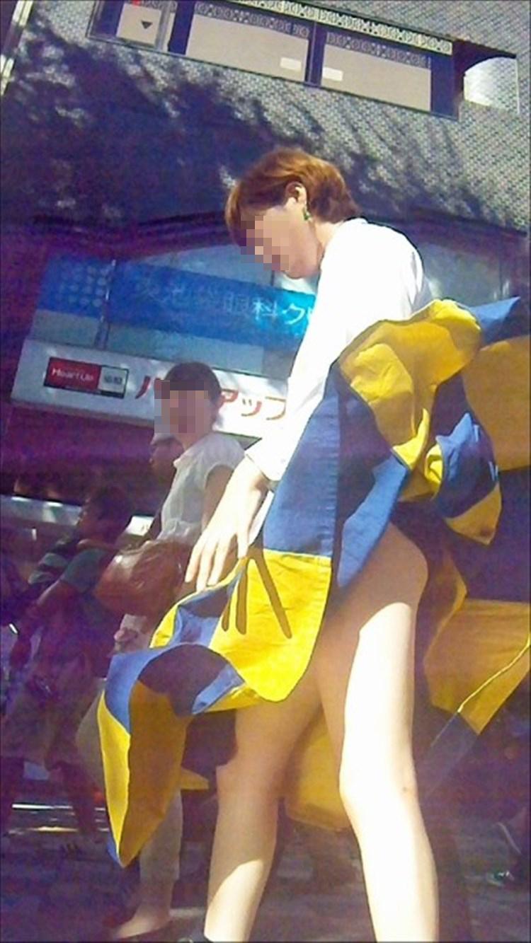 【パンチラエロ画像】強い日は見逃し注意w風に舞うスカートから丸見えの瞬間www 30