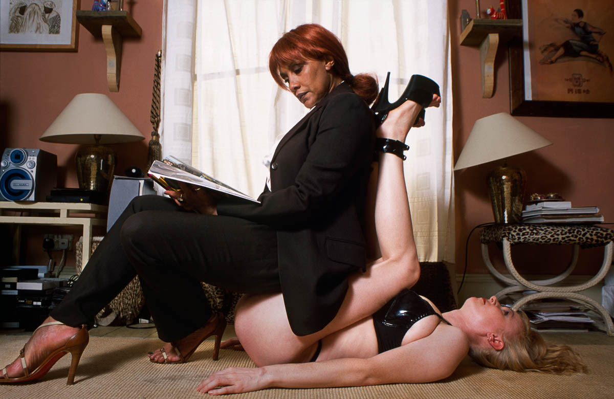 【SMエロ画像】主人の役には立ってるけど…家具扱いされたM女たちwww 11
