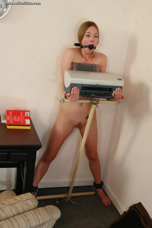 【SMエロ画像】主人の役には立ってるけど…家具扱いされたM女たちwww 30