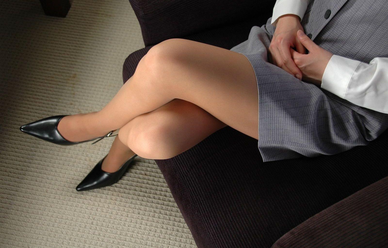 【太ももエロ画像】普通に座るより色香アップ!組んでムッチリが際立った美脚www 02