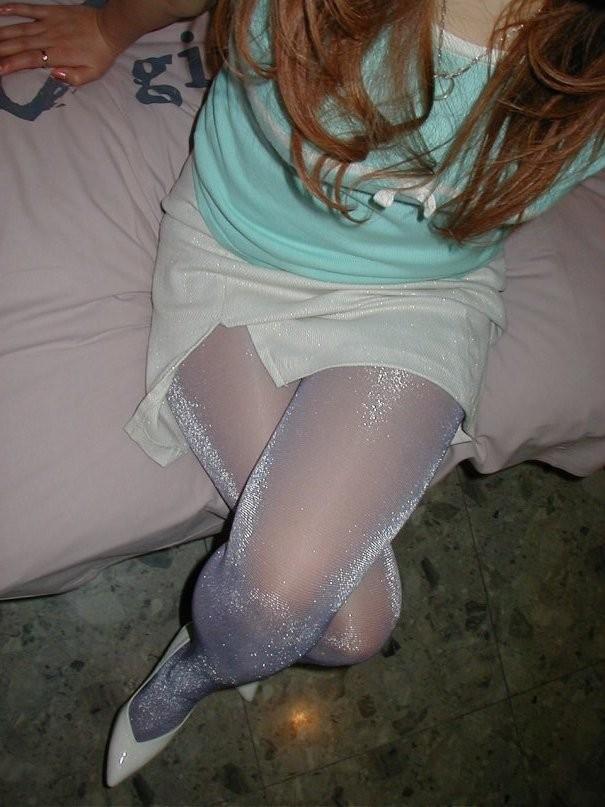 【太ももエロ画像】普通に座るより色香アップ!組んでムッチリが際立った美脚www 16