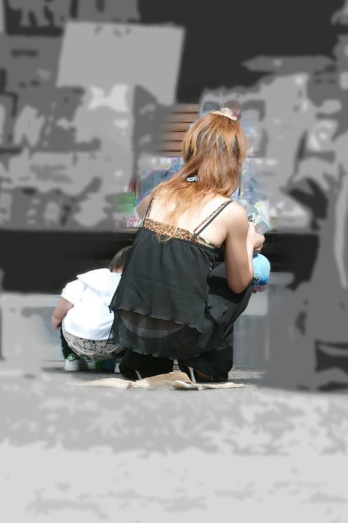 【ローライズエロ画像】下からよりはマシと思うのは本人だけw腰からハミ出すローライズパンチラwww 09