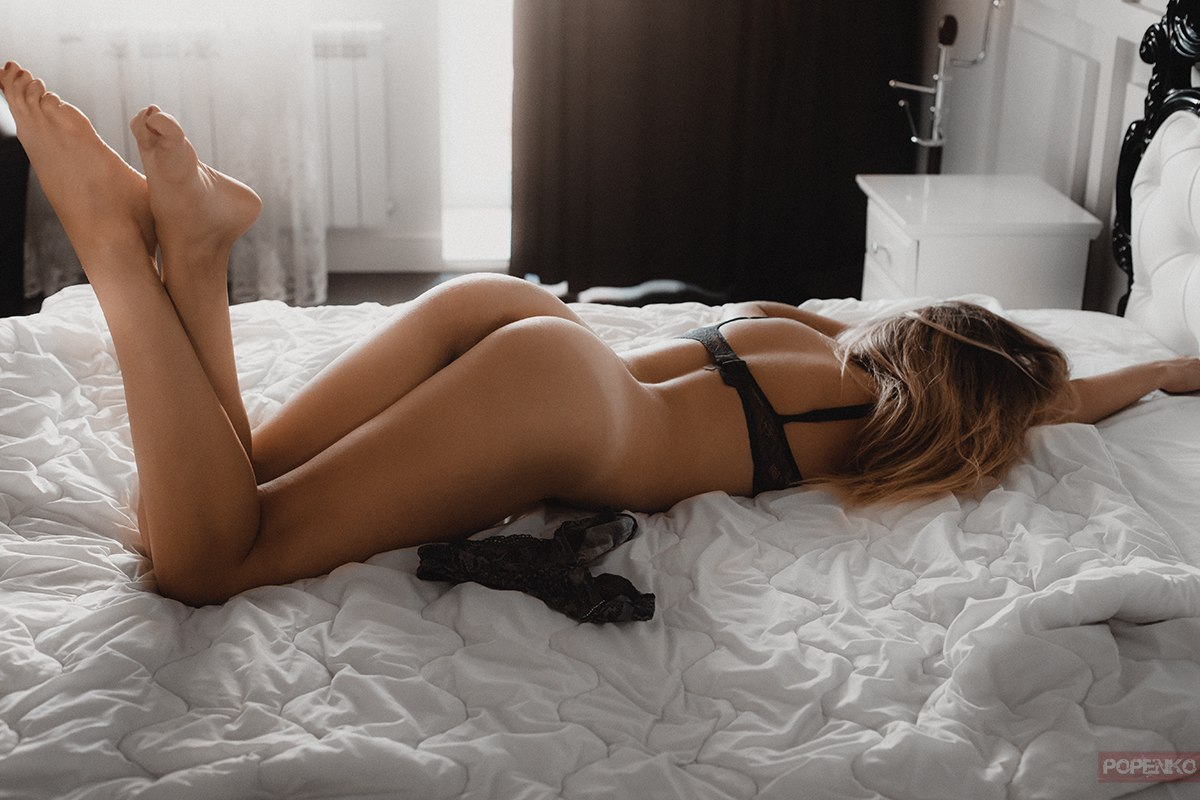 【寝尻エロ画像】フレームいっぱいの女肉!外人さんの寝尻にイタズラwww 01