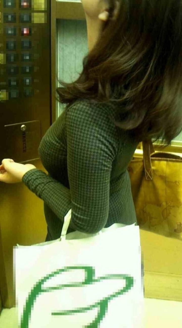 【巨乳エロ画像】衣替え完了!そして本気を出してきた街の着衣おっぱいwww 22