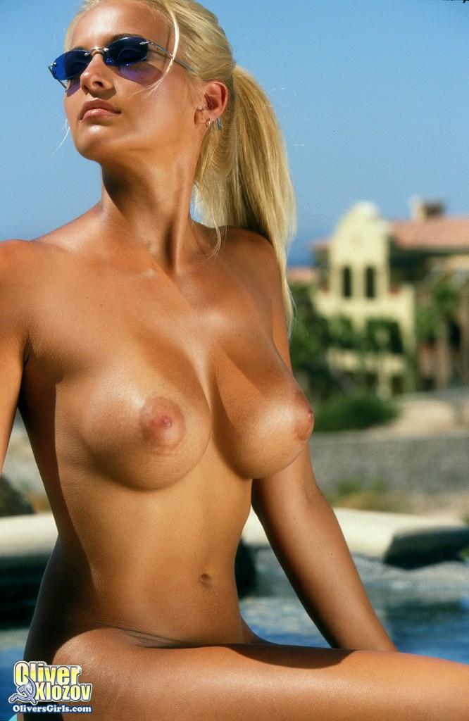 【日焼けエロ画像】かなり際どいビキニを着てた模様w乳輪ギリギリの日焼け乳www 12