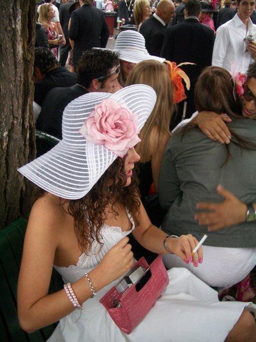 【胸チラエロ画像】そんな簡単でいいのか…挨拶代りに乳首ポロった淑女たちwww 04