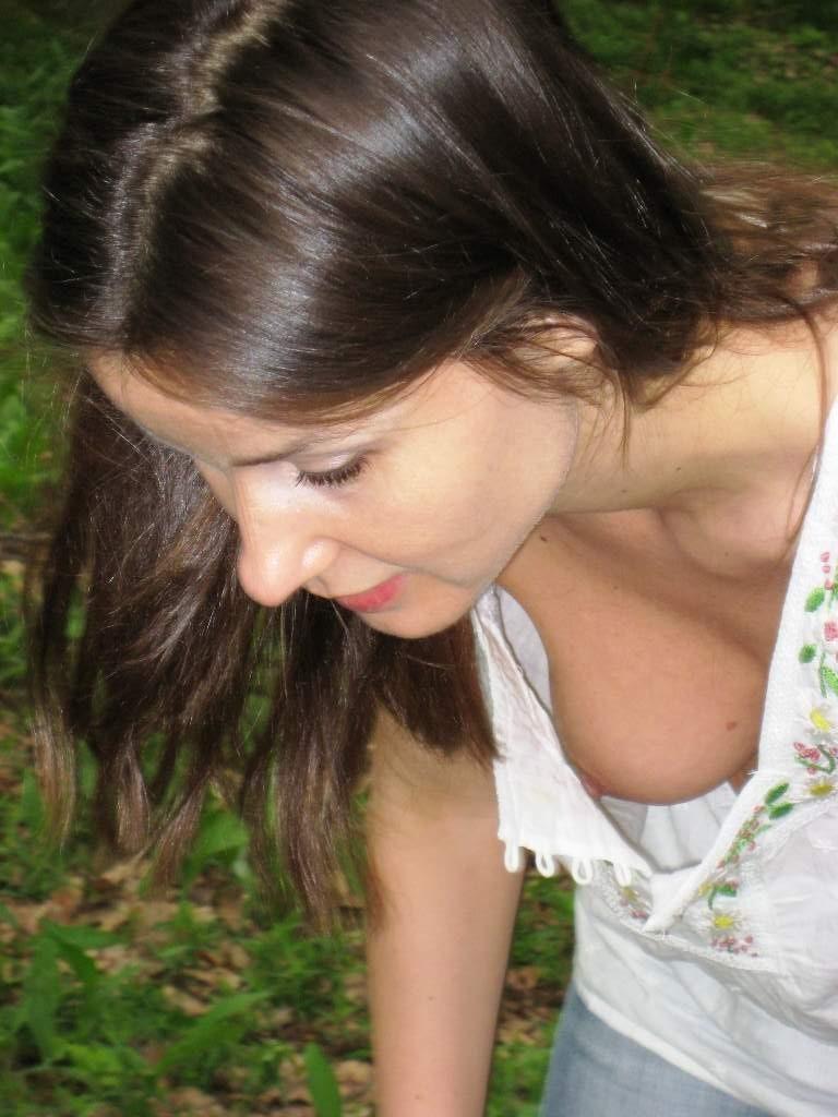 【胸チラエロ画像】そんな簡単でいいのか…挨拶代りに乳首ポロった淑女たちwww 07