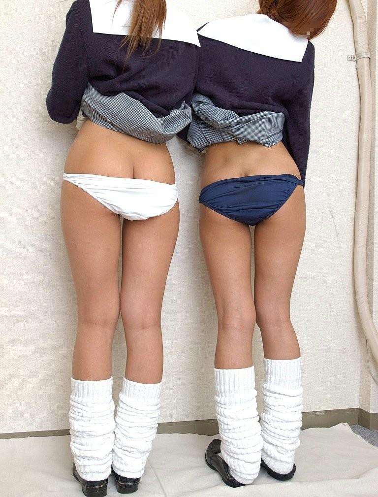 【制服エロ画像】ミニの下にはこんな卑猥な生肉が…半ケツで誘う制服娘www 06
