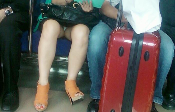 【パンチラエロ画像】座っていればいつか拝めるw電車内の対面ミニスカチラwww 001