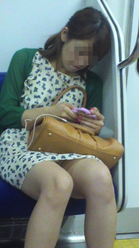 【パンチラエロ画像】座っていればいつか拝めるw電車内の対面ミニスカチラwww 01