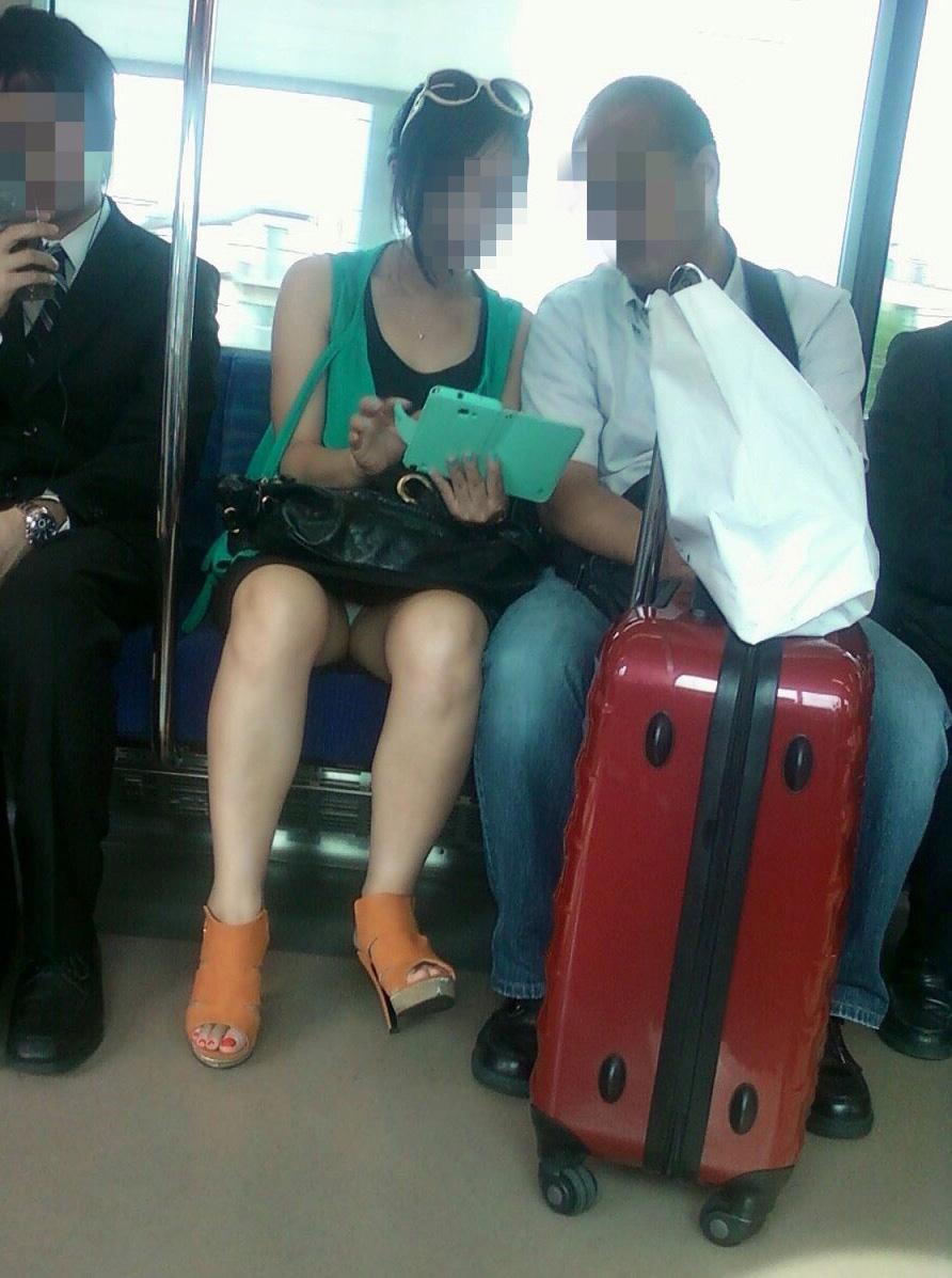 【パンチラエロ画像】座っていればいつか拝めるw電車内の対面ミニスカチラwww 02