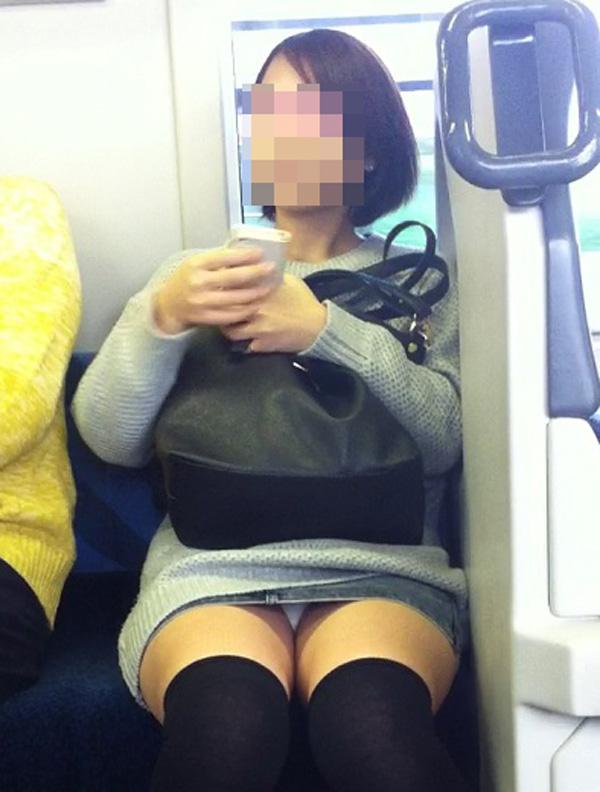 【パンチラエロ画像】座っていればいつか拝めるw電車内の対面ミニスカチラwww 06