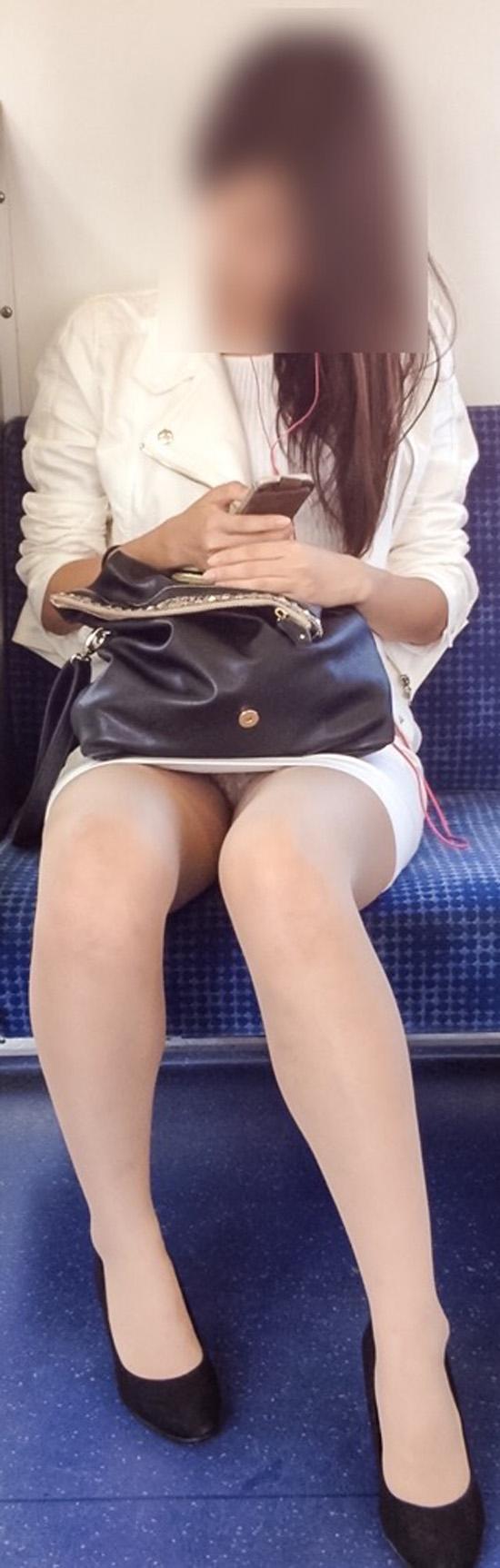 【パンチラエロ画像】座っていればいつか拝めるw電車内の対面ミニスカチラwww 08