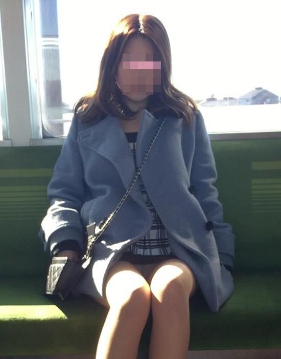 【パンチラエロ画像】座っていればいつか拝めるw電車内の対面ミニスカチラwww 09