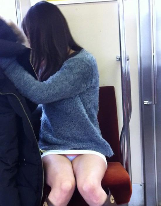 【パンチラエロ画像】座っていればいつか拝めるw電車内の対面ミニスカチラwww 11