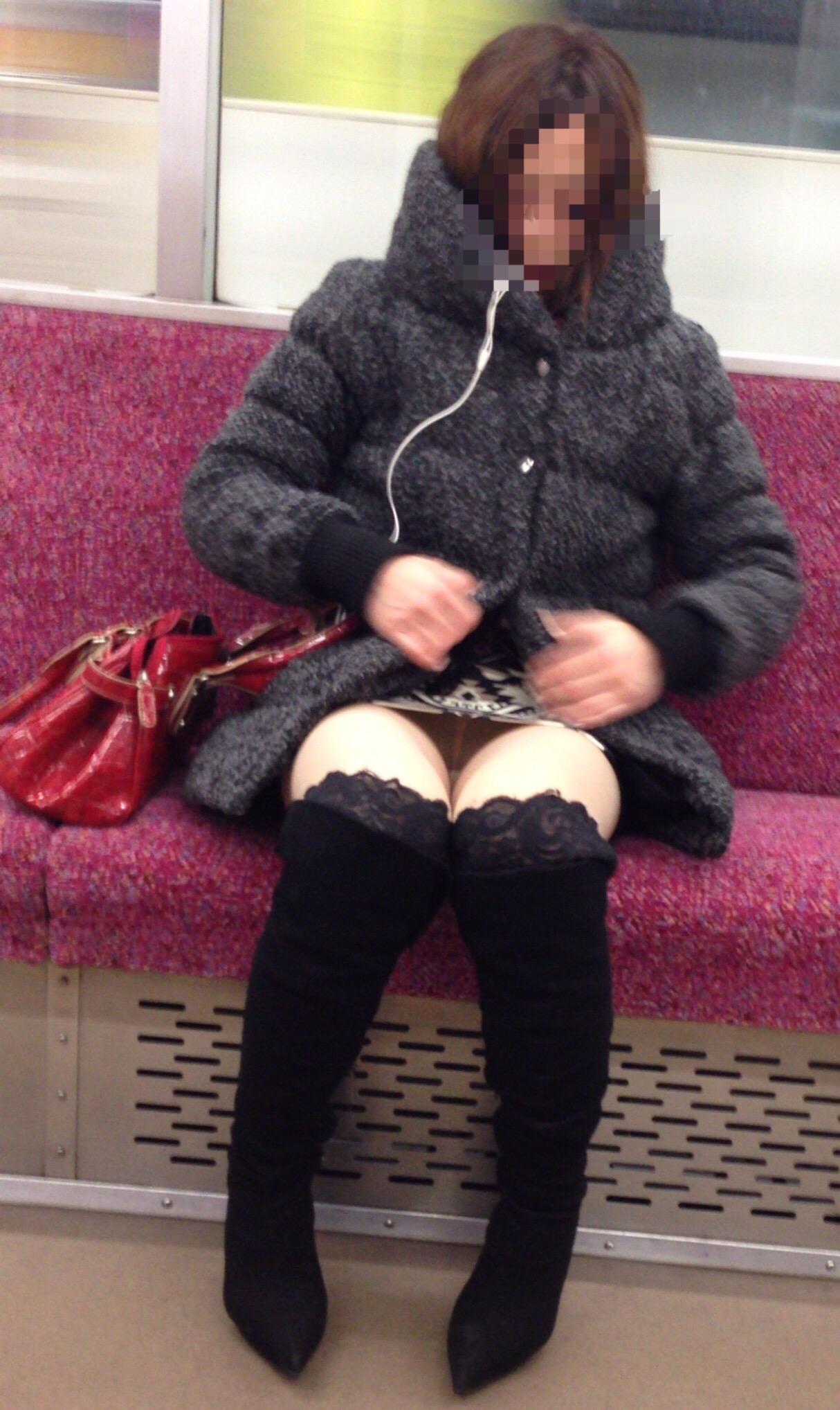 【パンチラエロ画像】座っていればいつか拝めるw電車内の対面ミニスカチラwww 17