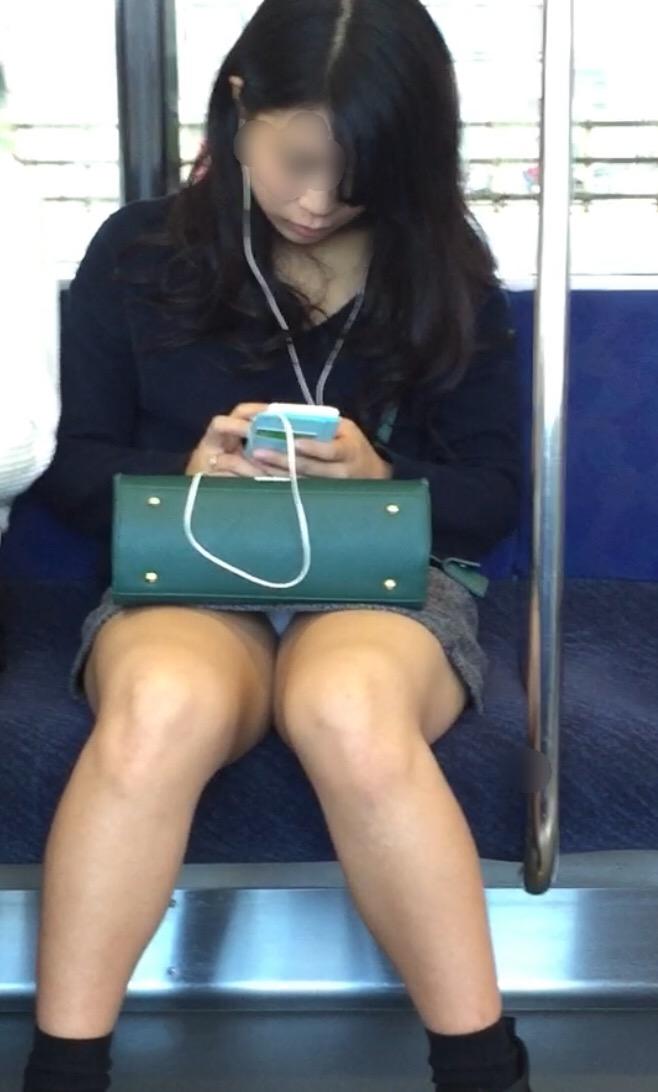【パンチラエロ画像】座っていればいつか拝めるw電車内の対面ミニスカチラwww 19