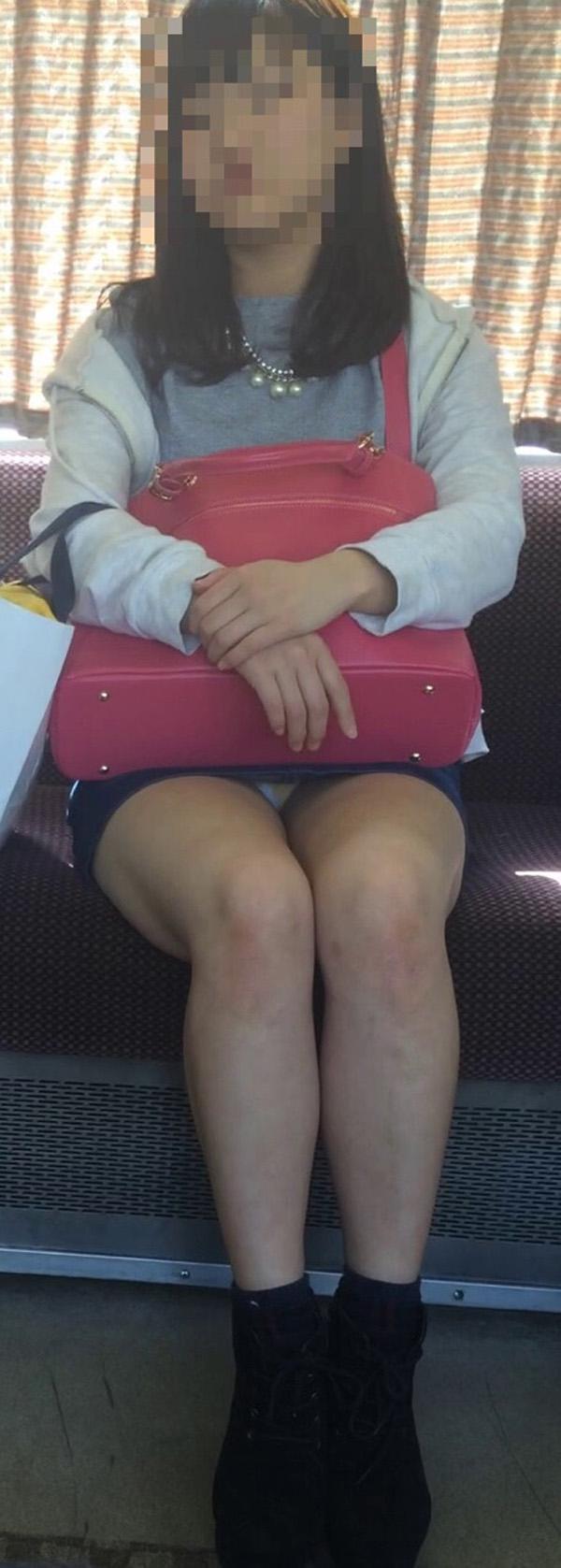 【パンチラエロ画像】座っていればいつか拝めるw電車内の対面ミニスカチラwww 21