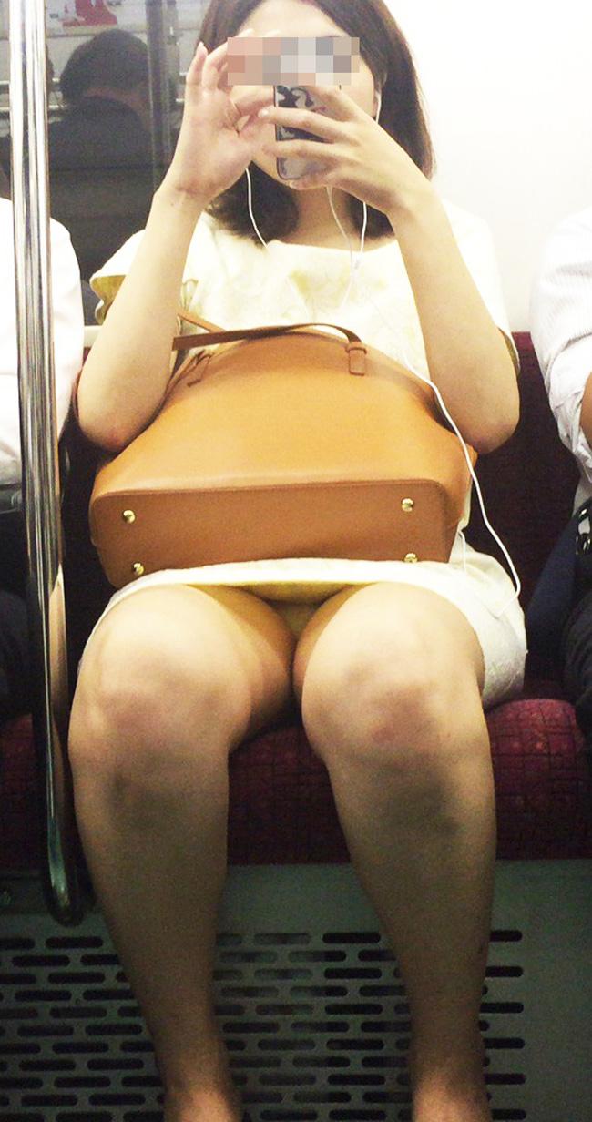 【パンチラエロ画像】座っていればいつか拝めるw電車内の対面ミニスカチラwww 23