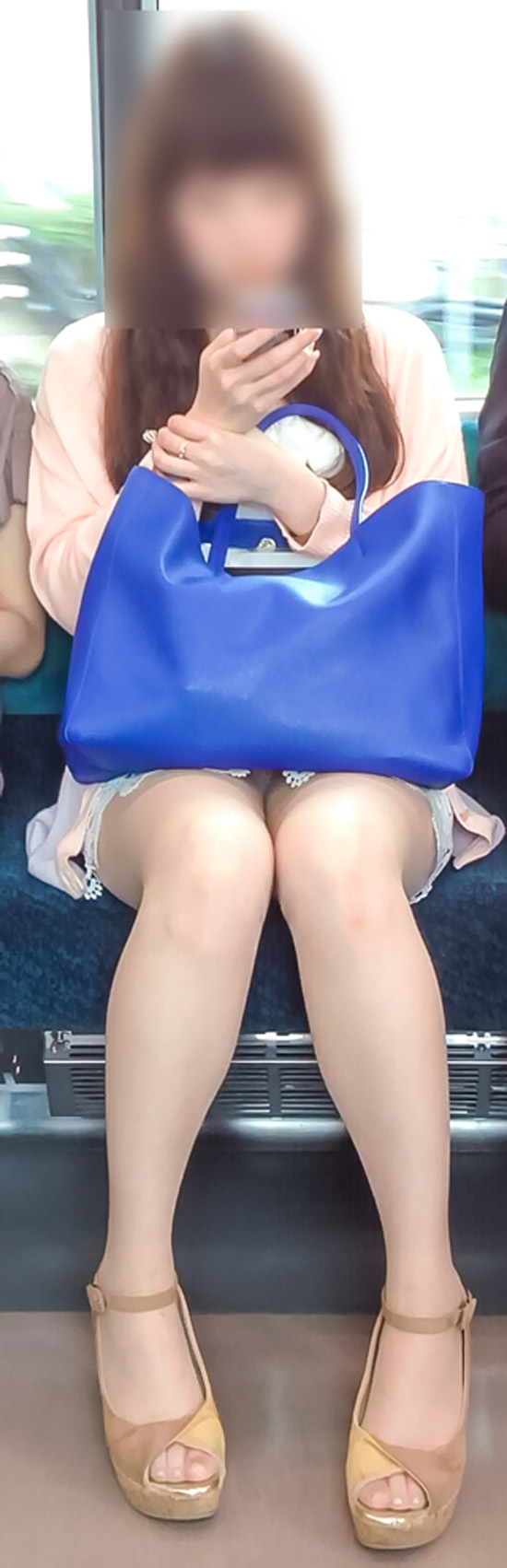 【パンチラエロ画像】座っていればいつか拝めるw電車内の対面ミニスカチラwww 24
