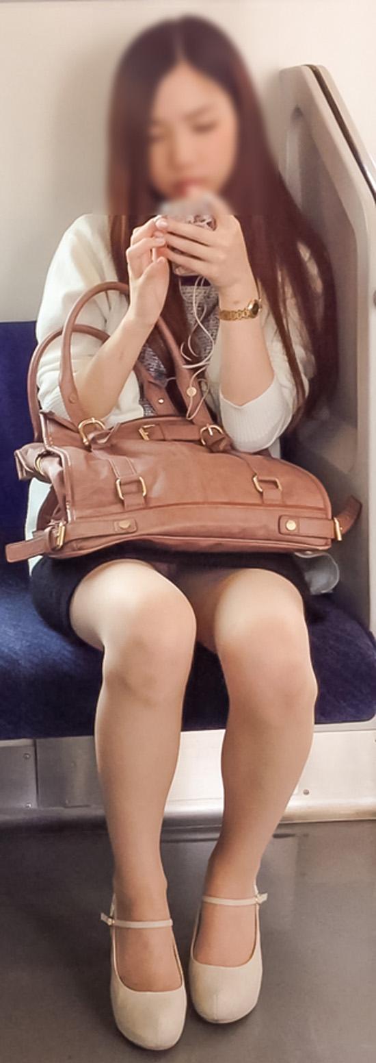 【パンチラエロ画像】座っていればいつか拝めるw電車内の対面ミニスカチラwww 25