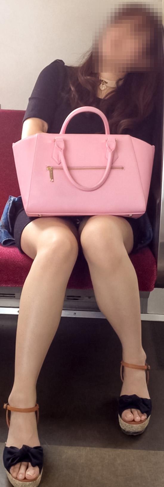 【パンチラエロ画像】座っていればいつか拝めるw電車内の対面ミニスカチラwww 26