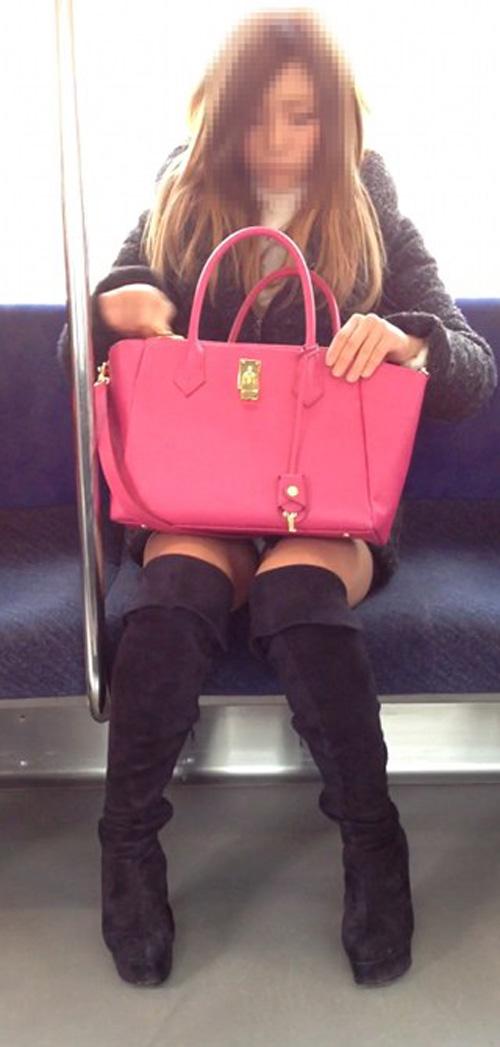 【パンチラエロ画像】座っていればいつか拝めるw電車内の対面ミニスカチラwww 27