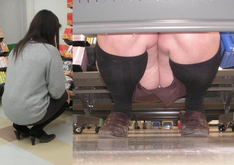 【パンチラエロ画像】棚の下から座るミニスカ女子のパンツを商品そっちのけでガン見www 03