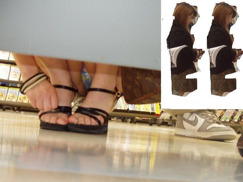 【パンチラエロ画像】棚の下から座るミニスカ女子のパンツを商品そっちのけでガン見www 06
