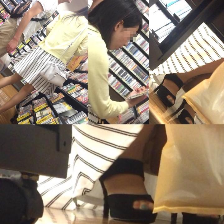 【パンチラエロ画像】棚の下から座るミニスカ女子のパンツを商品そっちのけでガン見www 09