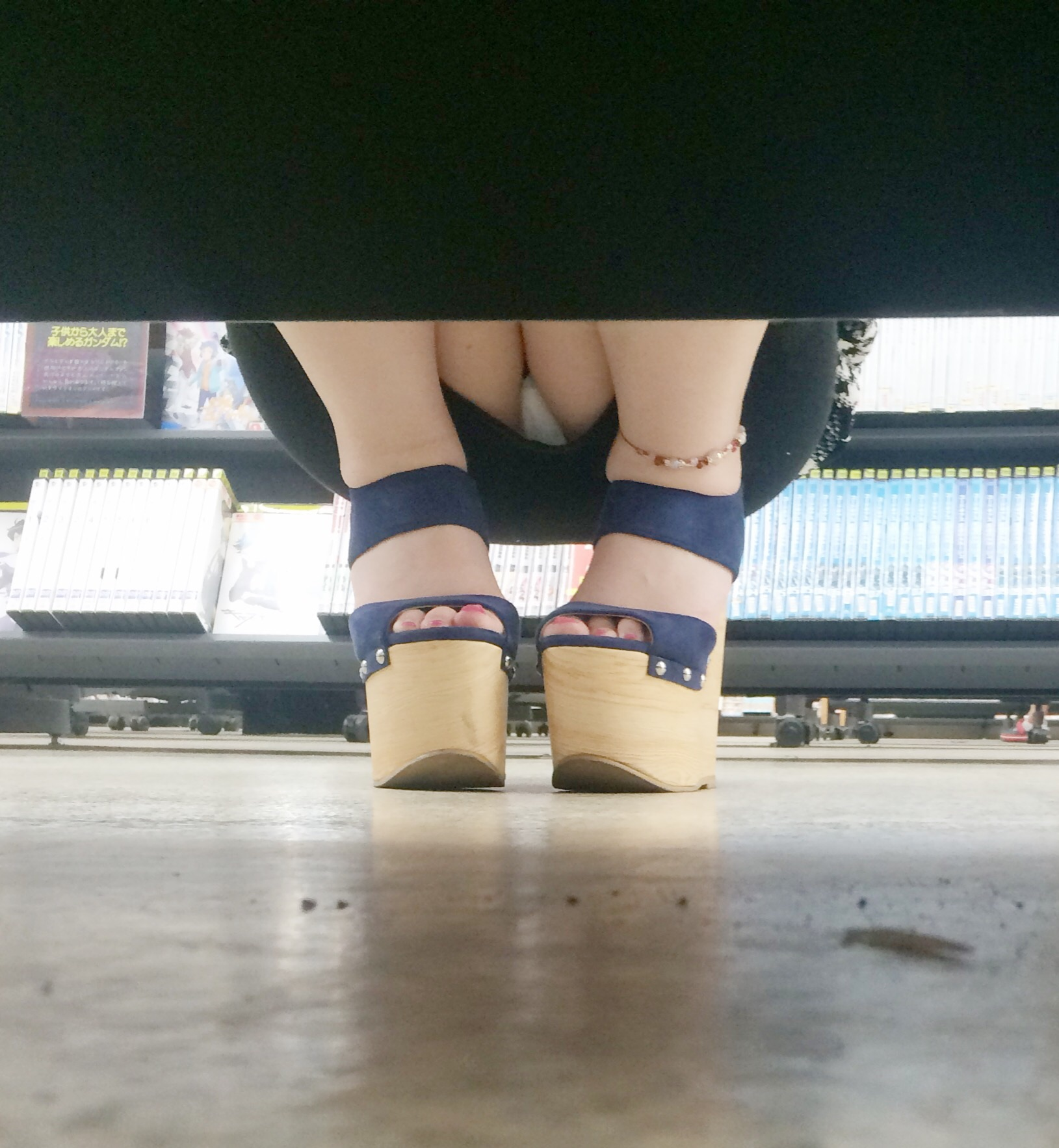 【パンチラエロ画像】棚の下から座るミニスカ女子のパンツを商品そっちのけでガン見www 13
