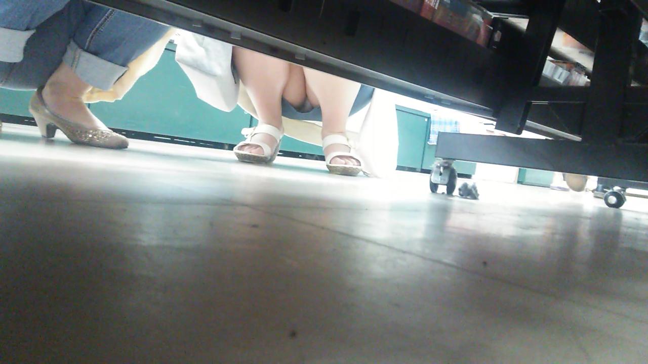 【パンチラエロ画像】棚の下から座るミニスカ女子のパンツを商品そっちのけでガン見www 15