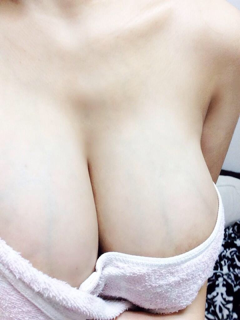 【巨乳エロ画像】これでも微エロ止まりw早く乳首が欲しい豊乳の谷間誘惑www 08