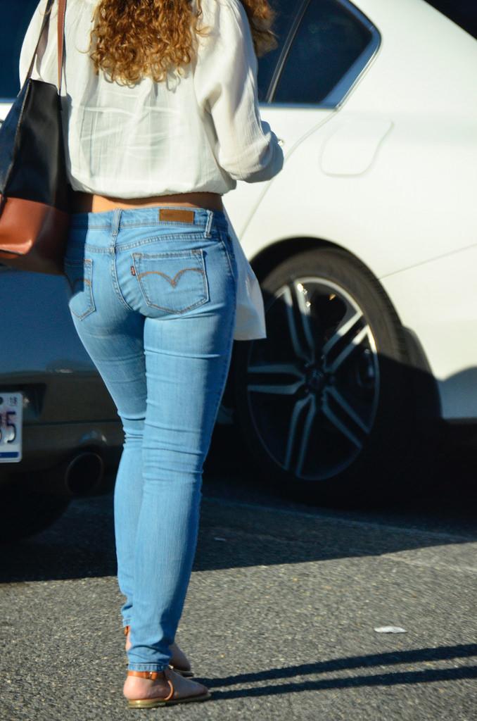 【着尻エロ画像】窮屈そうなら脱げばいいのにジーンズ女子のパツパツ巨尻www 02