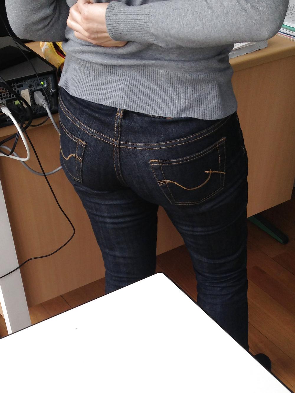 【着尻エロ画像】窮屈そうなら脱げばいいのにジーンズ女子のパツパツ巨尻www 03