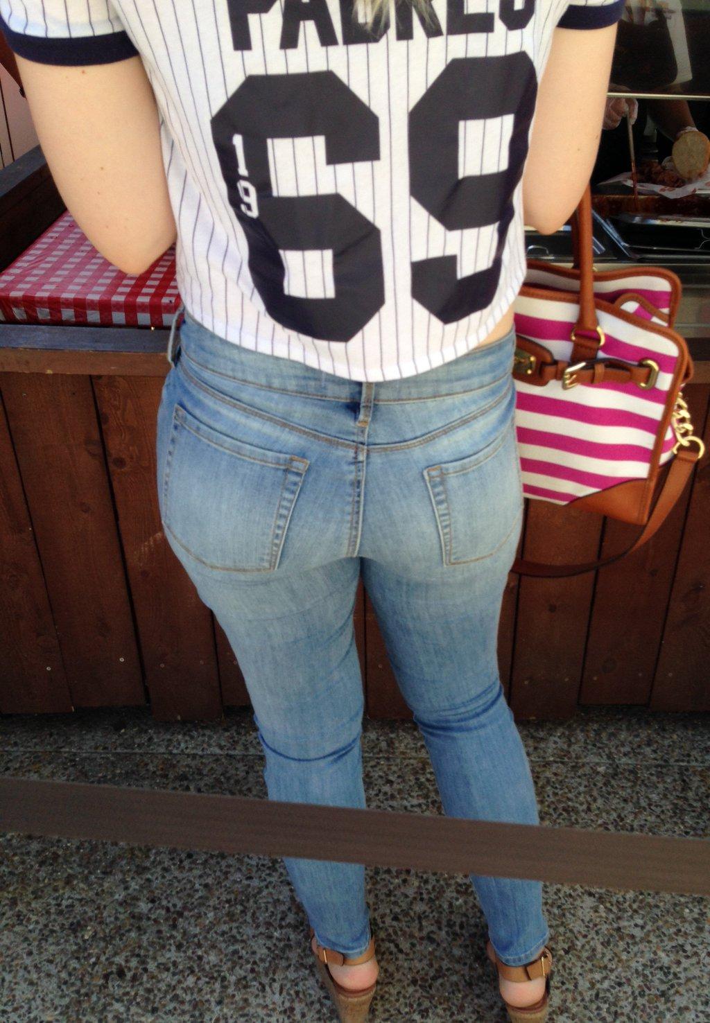 【着尻エロ画像】窮屈そうなら脱げばいいのにジーンズ女子のパツパツ巨尻www 05
