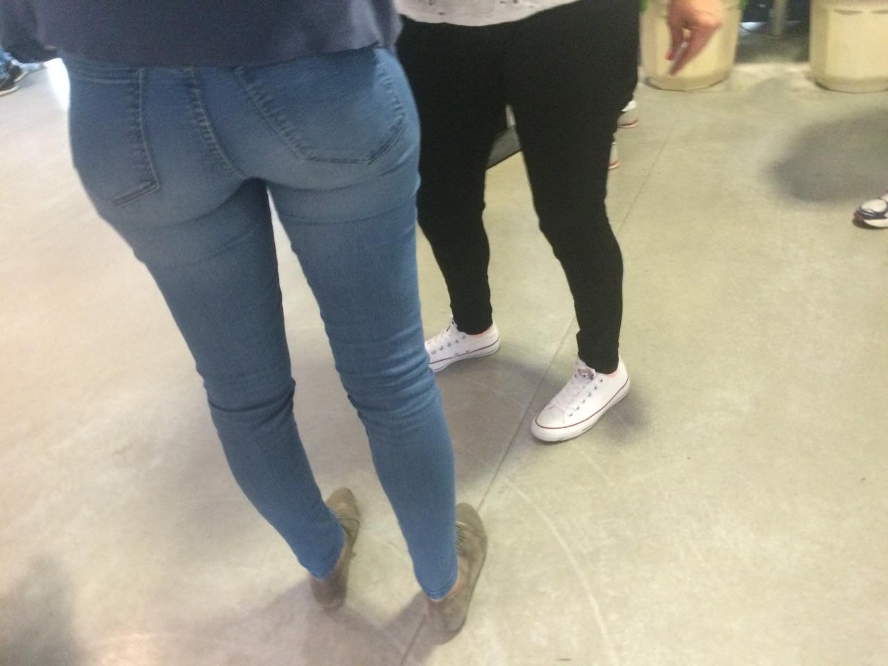 【着尻エロ画像】窮屈そうなら脱げばいいのにジーンズ女子のパツパツ巨尻www 11