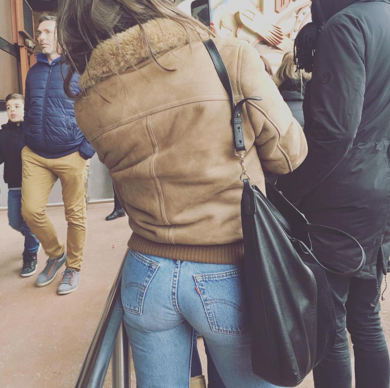 【着尻エロ画像】窮屈そうなら脱げばいいのにジーンズ女子のパツパツ巨尻www 15