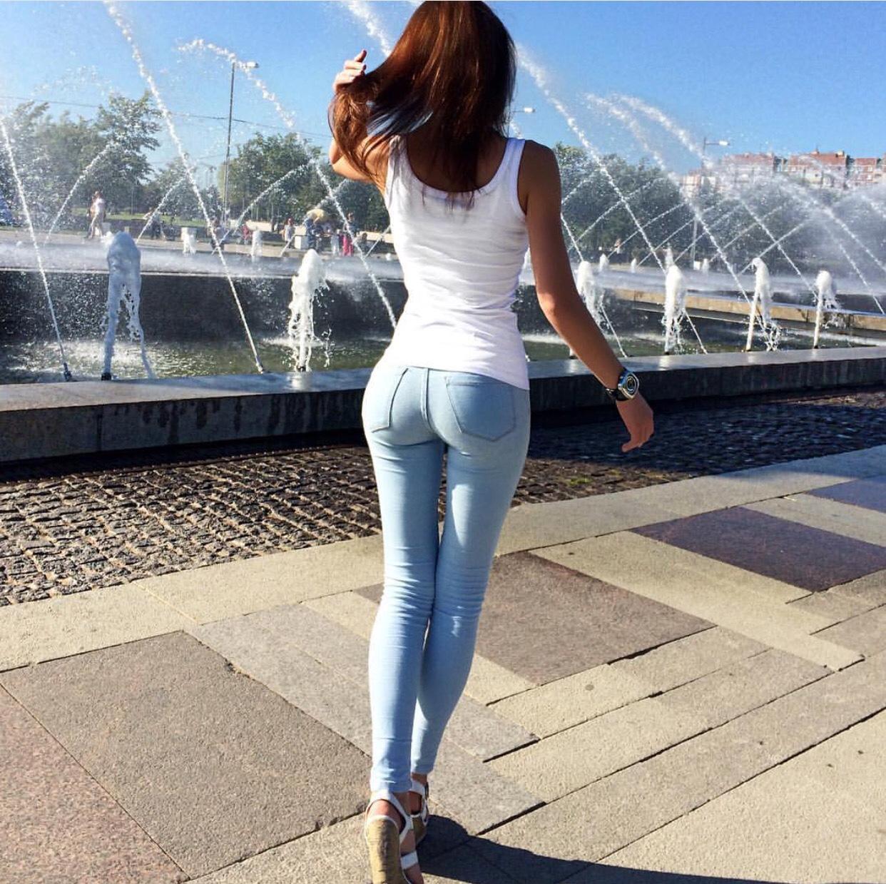 【着尻エロ画像】窮屈そうなら脱げばいいのにジーンズ女子のパツパツ巨尻www 16