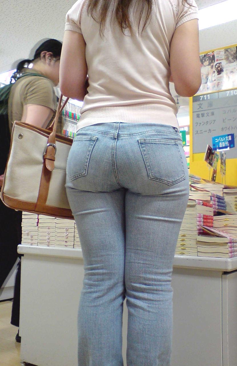 【着尻エロ画像】窮屈そうなら脱げばいいのにジーンズ女子のパツパツ巨尻www 23
