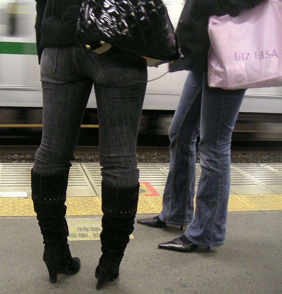 【着尻エロ画像】窮屈そうなら脱げばいいのにジーンズ女子のパツパツ巨尻www 28