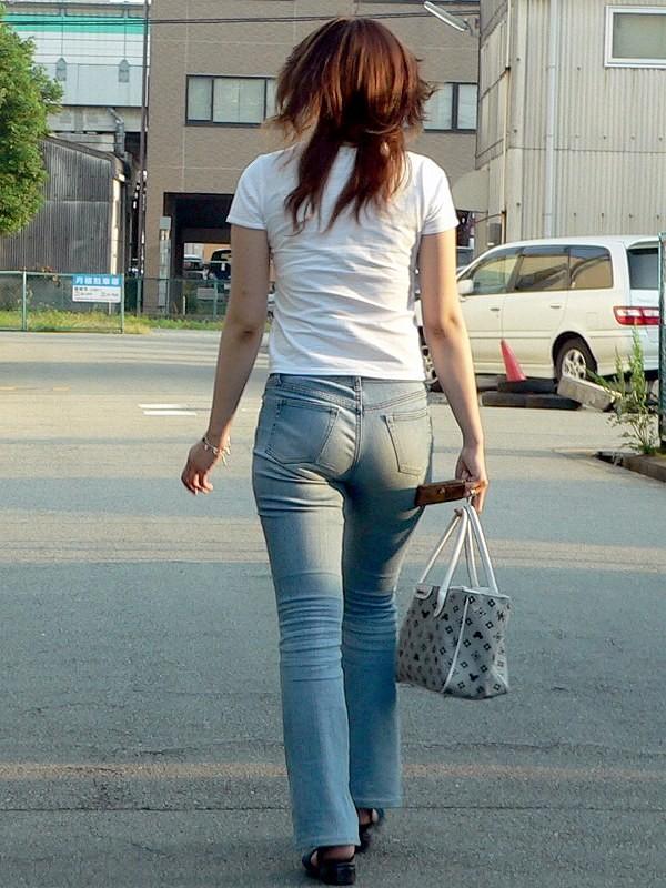 【着尻エロ画像】窮屈そうなら脱げばいいのにジーンズ女子のパツパツ巨尻www 29