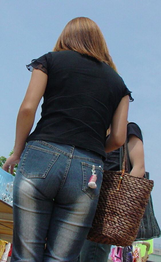 【着尻エロ画像】窮屈そうなら脱げばいいのにジーンズ女子のパツパツ巨尻www 30