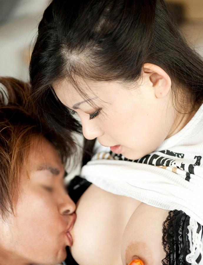 【おっぱいエロ画像】見たら舐めて吸うのが礼儀の乳首弄りタイムwww 09